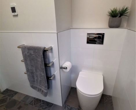 Small-bathroom-toilet-alcove