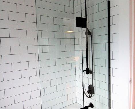 Black-Framed-bath-screen