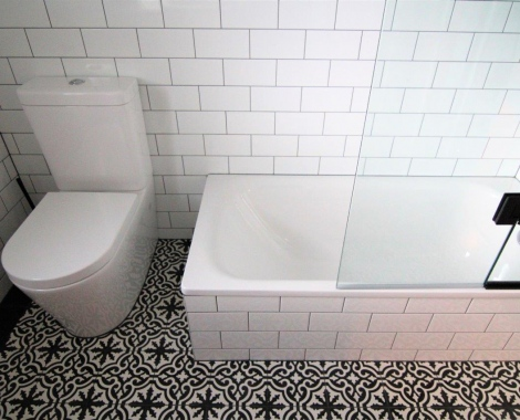 Small-bath-with-shower-over